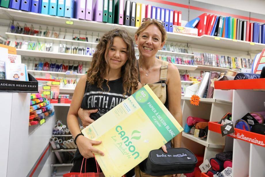 Stella et Nathalie vont de magasin en magasin depuis début août.