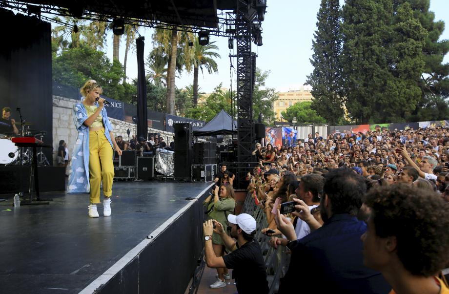 Jeudi, la chanteuse bruxelloise Angèle, a fait le show pour la première soirée du festival Crossover. Le théâtre de verdure était plein.