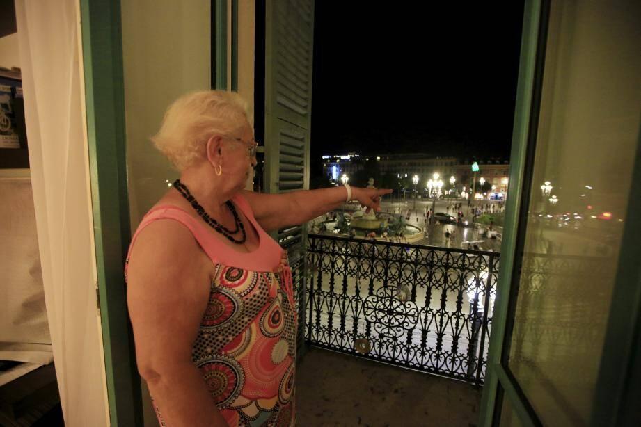 Le balcon d'Anni Horel donne sur la place Masséna. Les artistes sont juste en dessous de sa fenêtre.