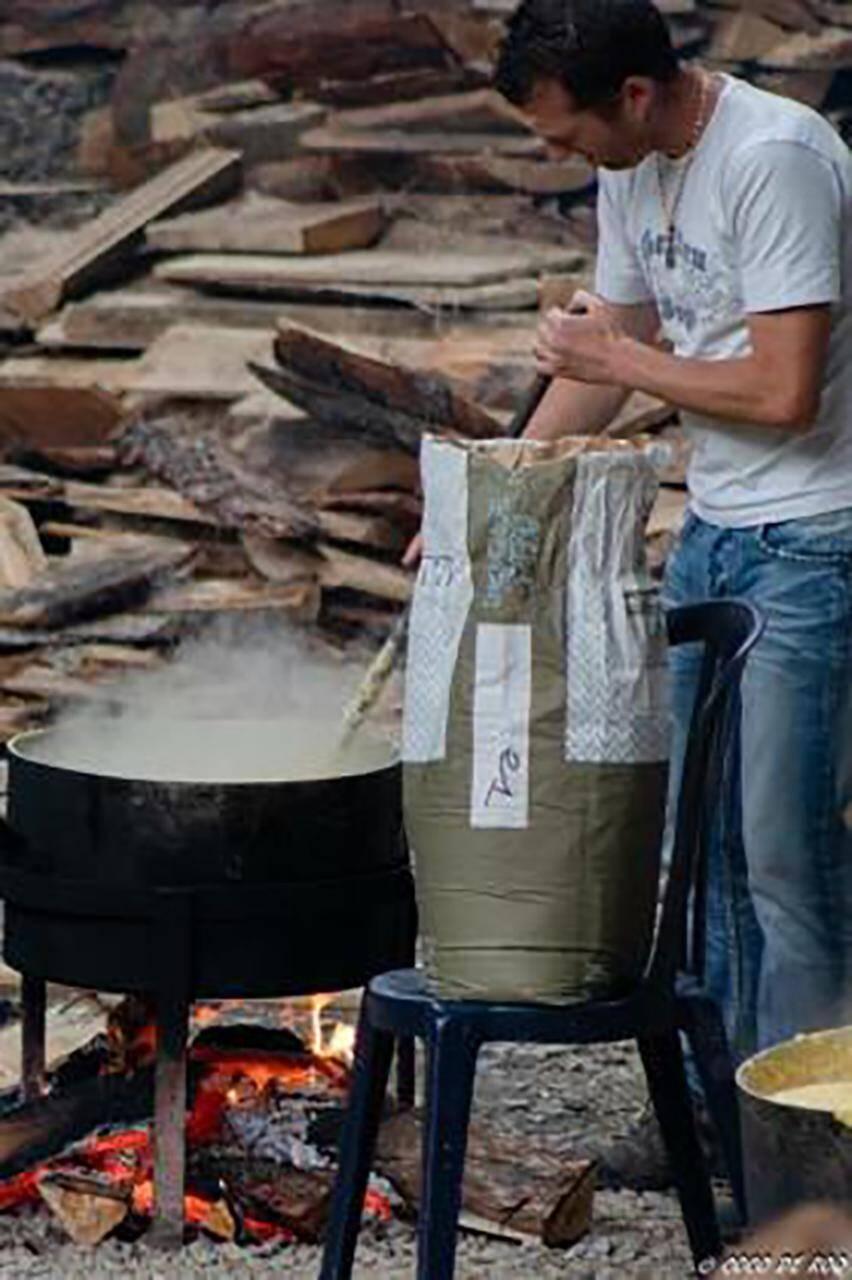La traditionnelle polenta du festin du vieux Roquebillière.
