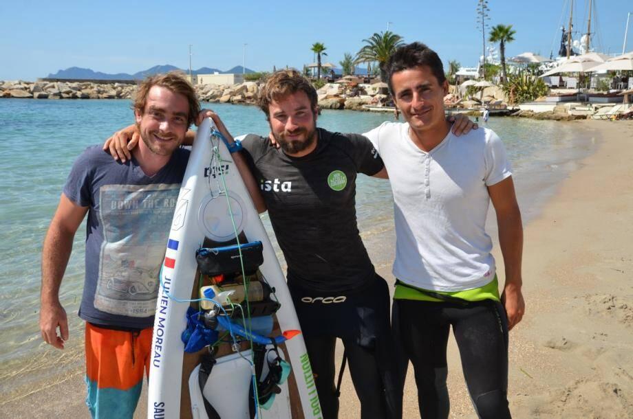 Julien Moreau (en noir) entouré de Thibault et Bryan, ses potes éco-citoyens au centre nautique de Cannes.