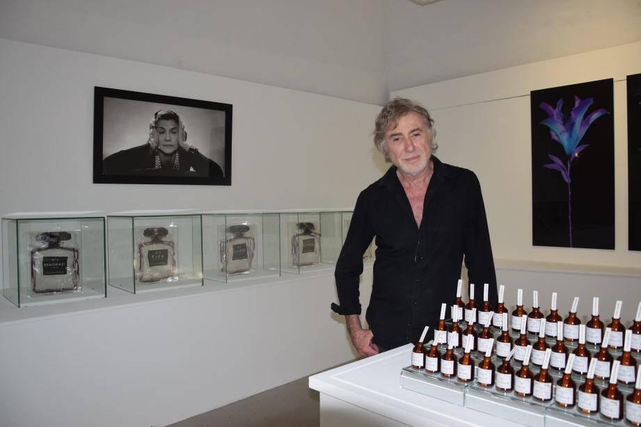 Yves Hayat, ici au Musée international du parfum, exposera ses nouvelles œuvres dans la crypte de la cathédrale de Grasse.
