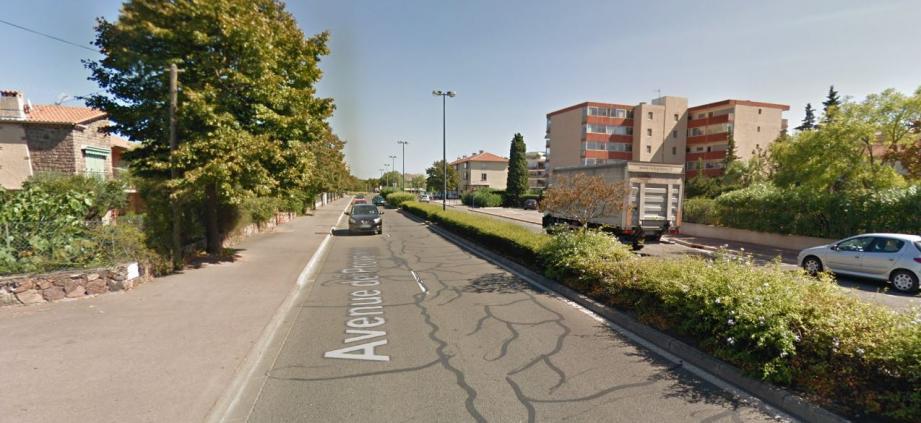 Un véhicule engagé sur l'avenue de Provence a violemment percuté un deux-roues à proximité du théâtre intercommunal Le Forum.