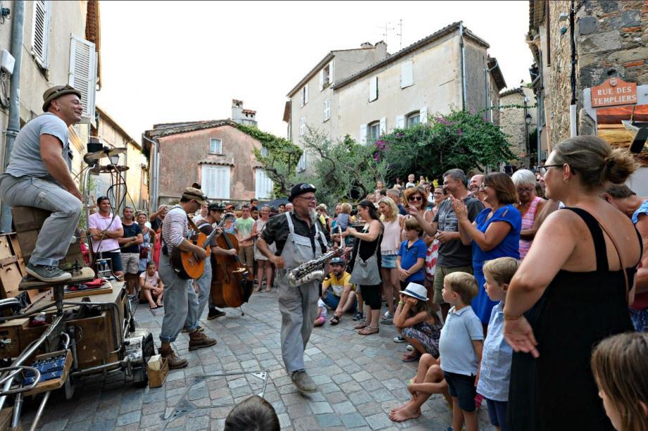 Juchés sur de drôles de perchoirs, les musiciens de Zykatok ont fait rue comble.
