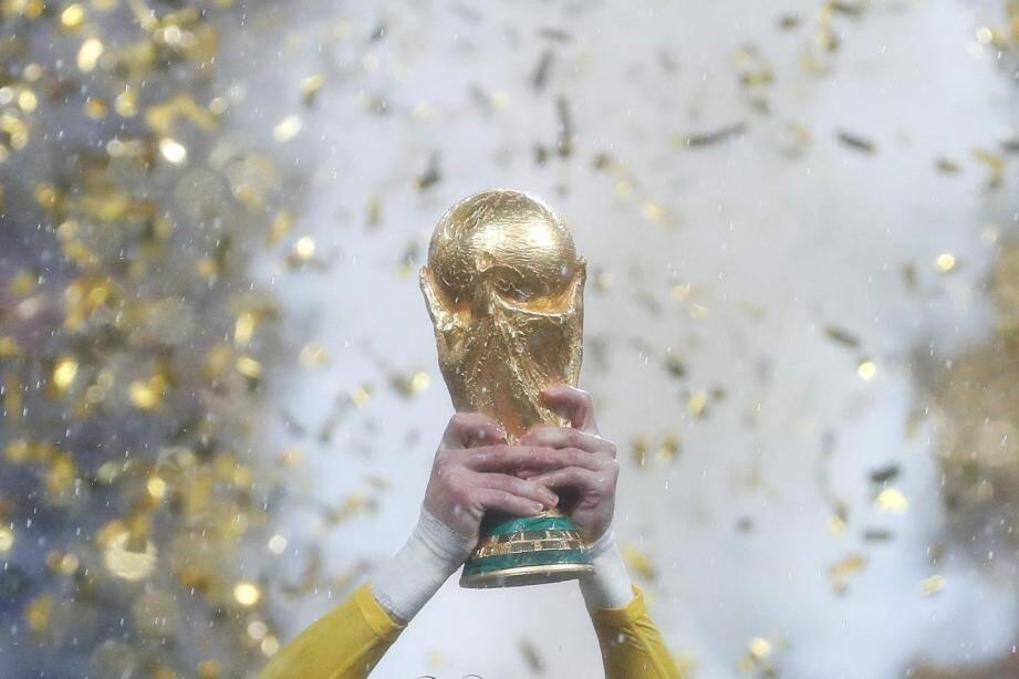 Hugo Lloris tient à bout de bras le trophée de la Coupe du monde.