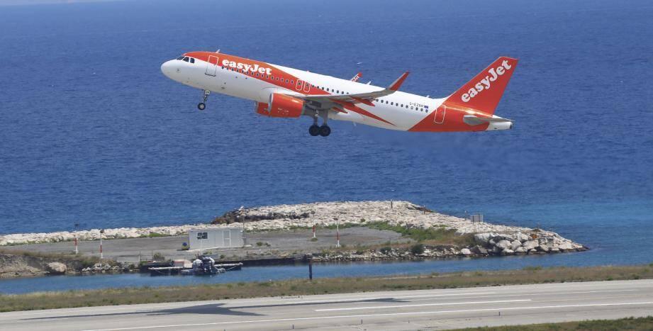 Un avion easyJet au décollage.