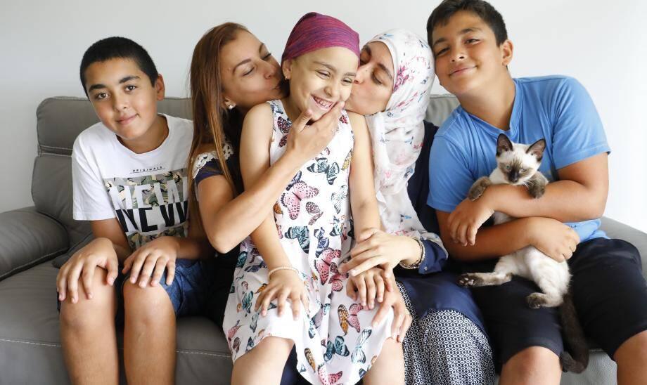 Manel entourée de sa famille, sa maman Myriam à droite, sa tante Fathen à gauche, deux de ses grands frères Noé et Adam, ainsi que son chat chéri Caramel.