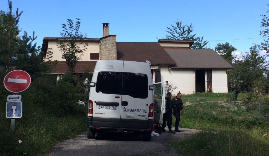 Mercredi, les techniciens d'investigation criminelle de la gendarmerie ont passé des heures à relever des indices dans cette maison isolée de Peïra-Cava.