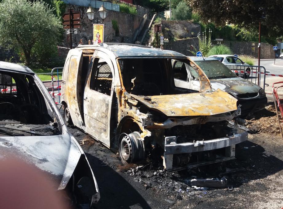 Dans la nuit du 25 au 26 juillet, peu après minuit, au pied du monument aux Morts, trois voitures ont été carbonisées et une quatrième léchée par les flammes.