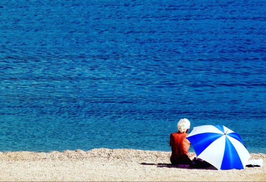 Sur la plage des Sablettes à Menton