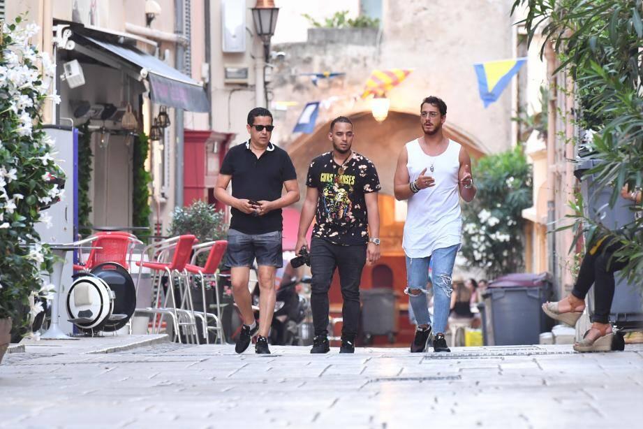 Le chanteur avait déjà été aperçu début août dans les ruelles de Saint-Tropez. Et, plus récemment, il avait également été reconnu par des fans alors qu'il faisait ses courses, toujours dans la Cité du Bailli.