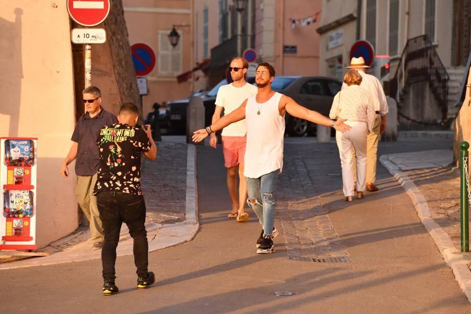 Saad Lamjarred se faisant photographier dans les ruelles de Saint-Tropez, en juillet dernier.