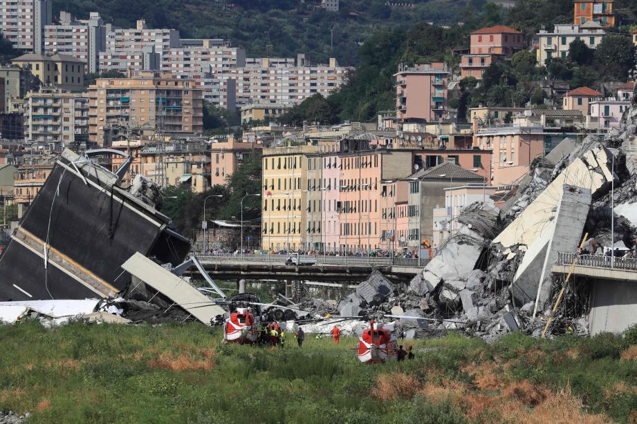 Les secouristes dans la zone où le pont Morandi s'est effondré.