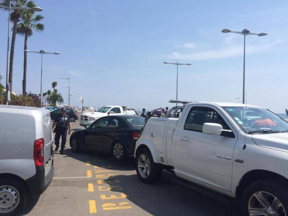 En moins de 10 minutes, ce sont deux voitures qui ont été enlevées par les véhicules de la fourrière, ce jeudi à 14 heures. Ils ne seront pas les seuls. Le parking du port du Cros est à moitié rempli, mais est réservé aux  riverains, usagers et abonnés.