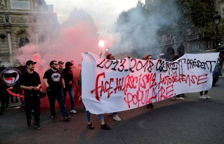 Lundi soir, près de 300 sympathisants antifascistes se sont rassemblés non loin du palais de justice pour réclamer la