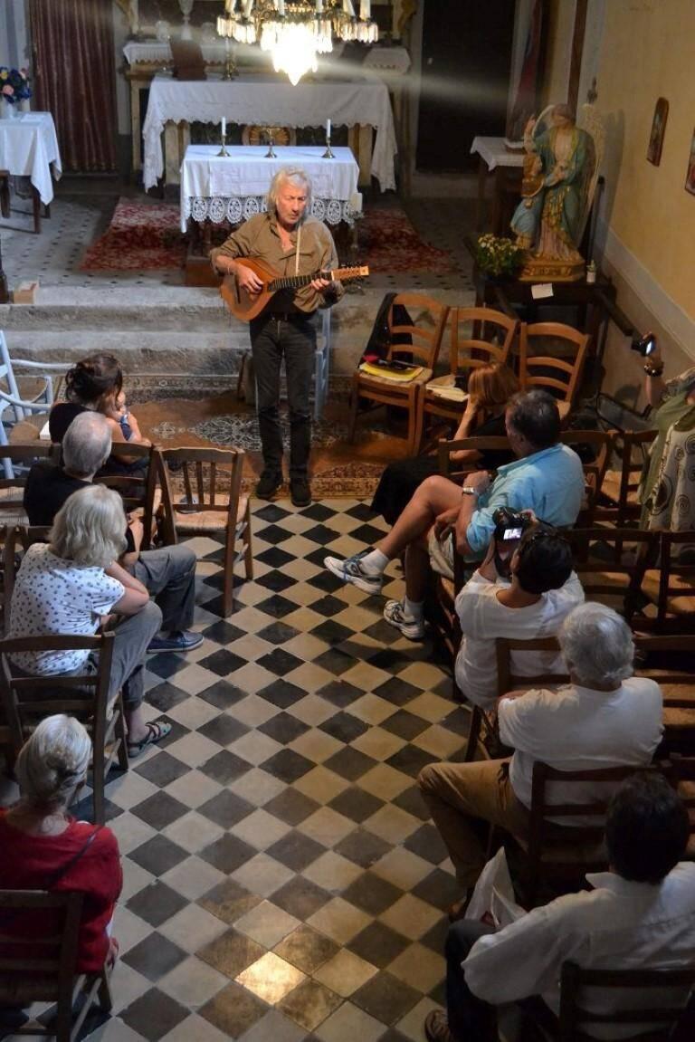 Dominique Ottavi et son cistre évoquent l'amour, la lune, le soleil et la Corse.