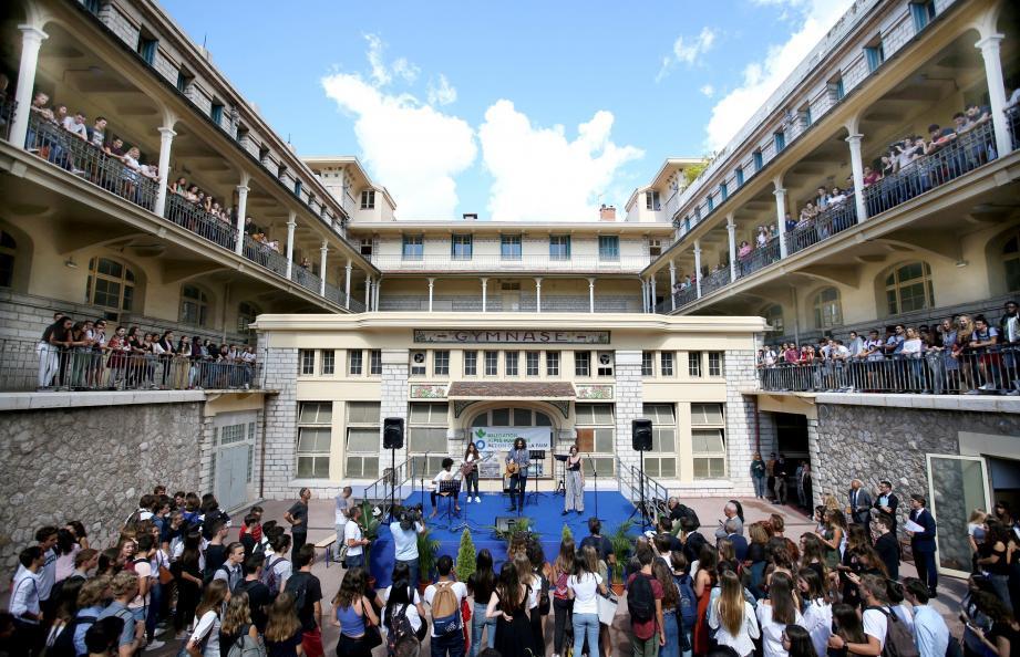 Reprise en rythmes, hier matin, pour les 1 300 lycéens de Masséna. Avec un concert en live donné par leurs camarades en section musique, accompagnés et encouragés par l'artiste niçois, Medi.