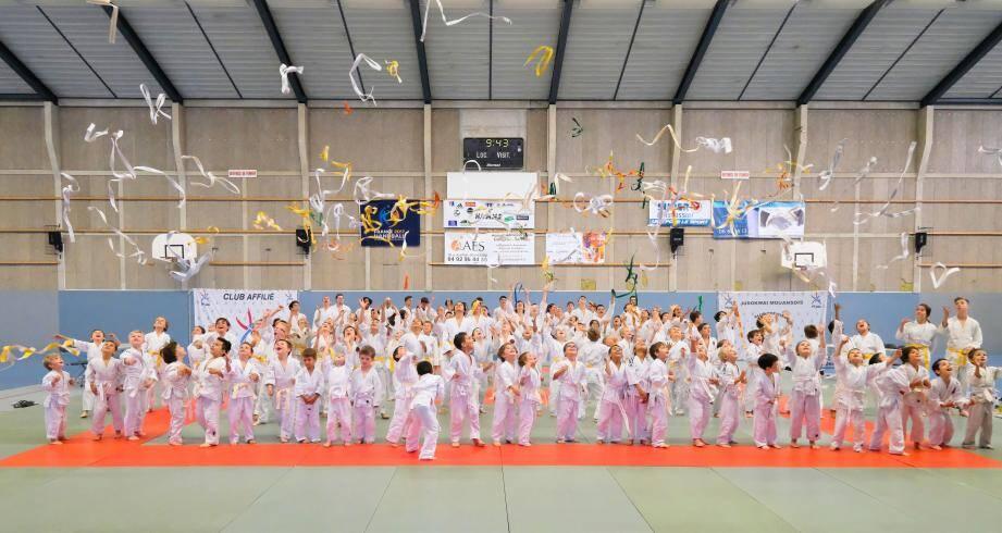 Les jeunes pousses du Judo Kwai Mouansois, heureuses à la fin de la saison dernière.DR