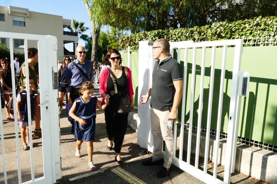 À Notre Dame de la Tramontane, Philippe Beguin accueille les premiers élèves accompagnés par leurs parents pour le premier jour de la rentrée, ce lundi.