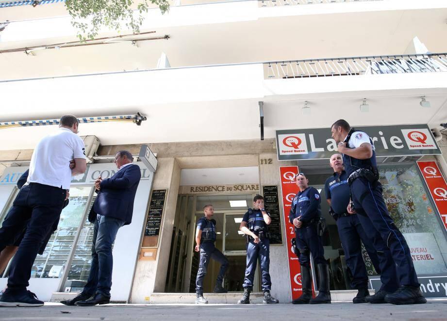 Les policiers, dimanche devant les lieux du triple crime familial.