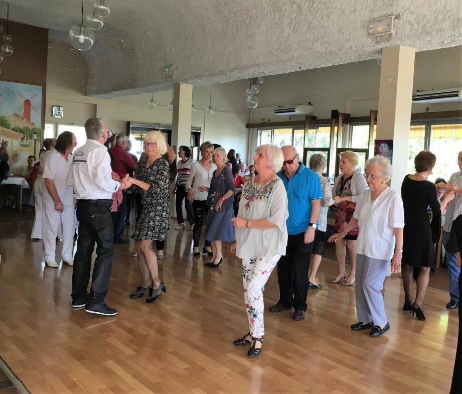Le Cannet Temps Libre Senior propose aussi régulièrement un thé dansant avec musique en live.