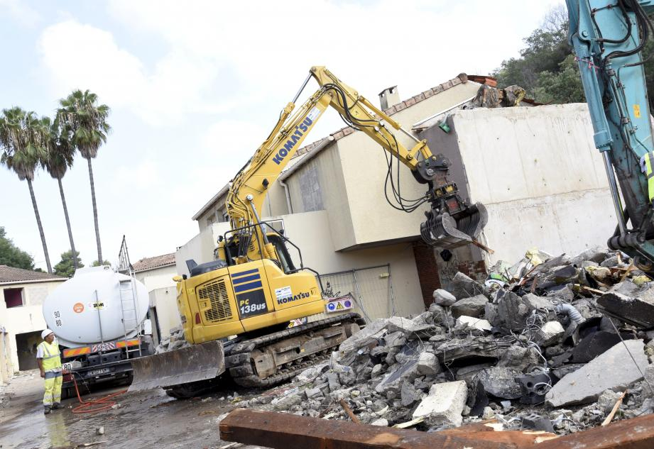 Les maisons sont détruites à coup de pelleteuses et sous un jet d'eau pour limiter les nuages de poussières au-dessus de l'A8.