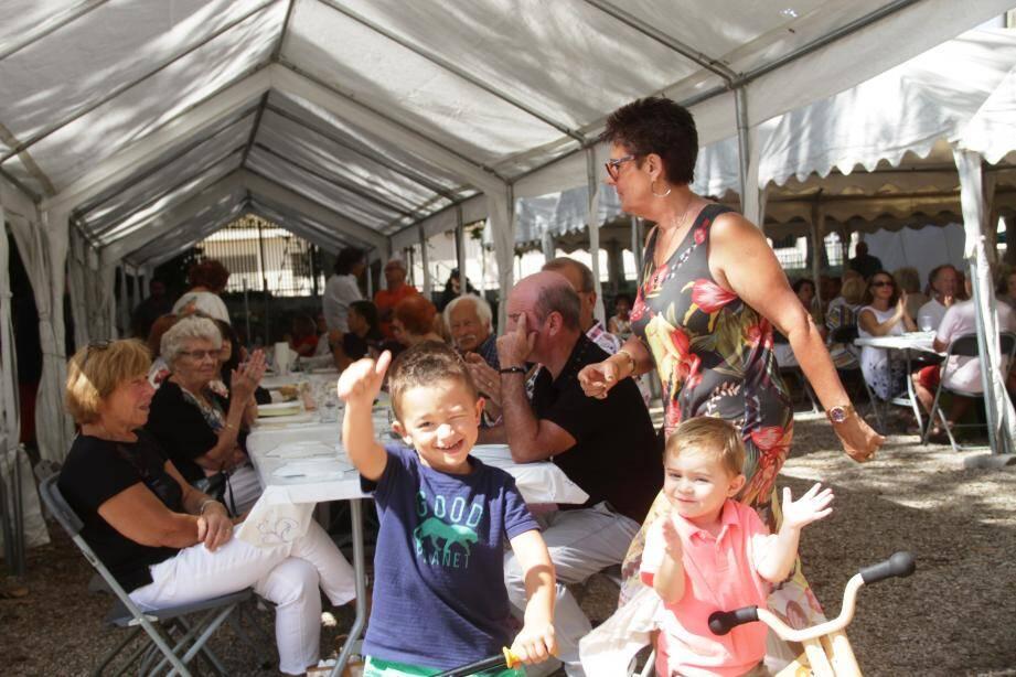 Devant l'une des tables, Antoine et Nathan, arrière- arrière-petits-enfants du président… La relève est déjà assurée…