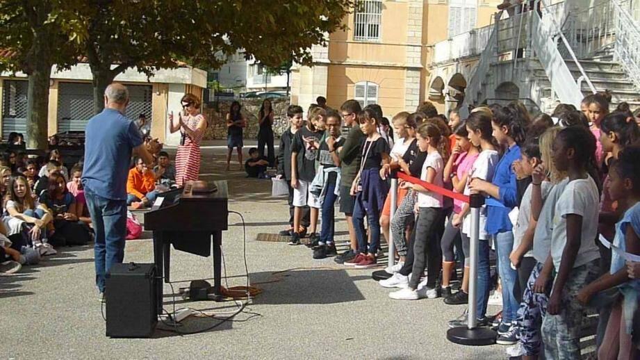 Les cinq classes de 6e ont offert un show musical à l'ensemble de leurs camarades, jeudi matin, dans la cour de l'établissement. La rentrée, c'est toujours plus sympa en musique !(DR)