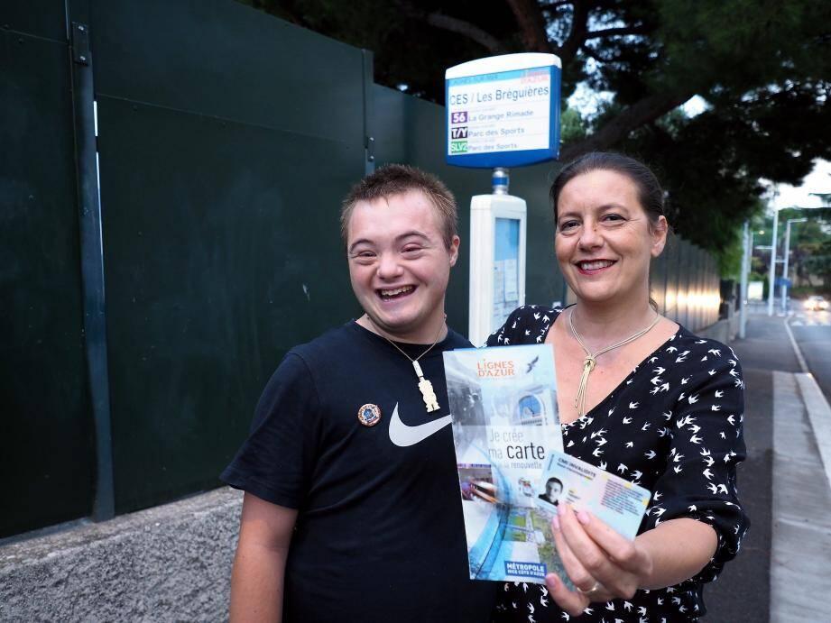 Nathalie et son fils Léo : « Pourquoi les aveugles civils bénéficient-ils de l'abonnement annuel à 10 euros quels que soient leurs revenus, alors que les autres invalides civils doivent être non-imposables ? »
