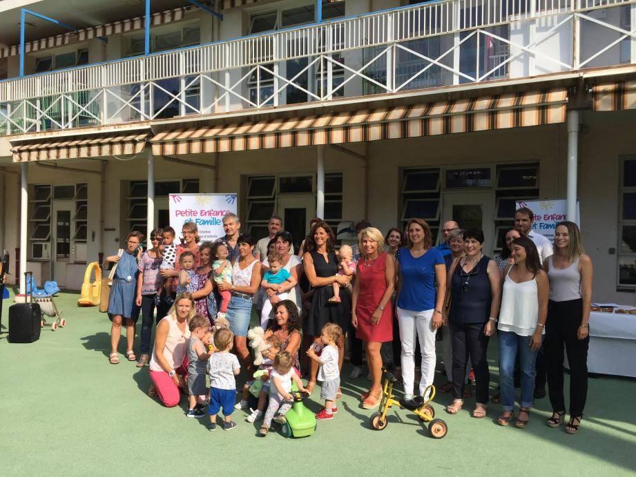 Françoise Monier, accompagnée de professionnels de la petite enfance, lors de la présentation du projet pédagogique de la mairie.(DR)