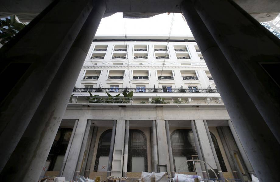 Ceinturée par une galerie couverte, la cour de l'hôtel de Paris, créée à l'occasion de ces travaux devrait devenir l'un des lieux les plus prisés du palace.