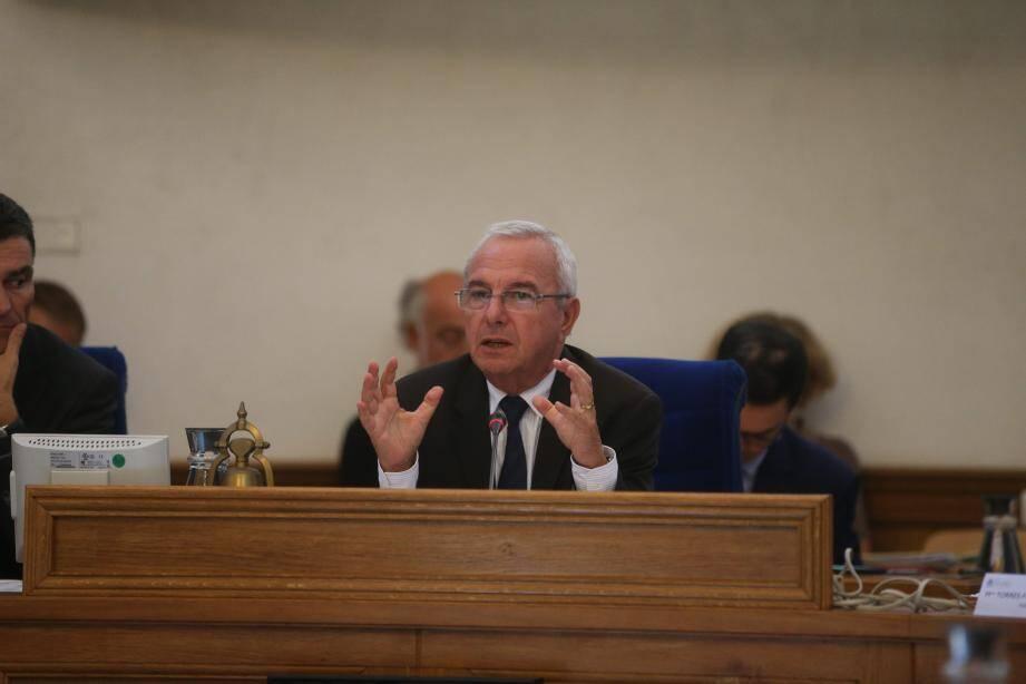 Le maire Jean Leonetti a répondu aux inquiètudes lancées par Cécile Dumas du Front de gauche et Michèle Muratore de La gauche unie, solidaire et écologique.