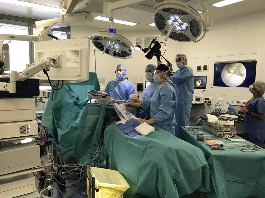 Le Pr Boileau (à gauche) a réalisé l'opération retransmise en direct pour les participants d'un congrès de chirurgie à Pékin. Il travaille sous arthroscopie : une caméra insérée dans la zone lui permet de contrôler tous les gestes avec une grande précision.
