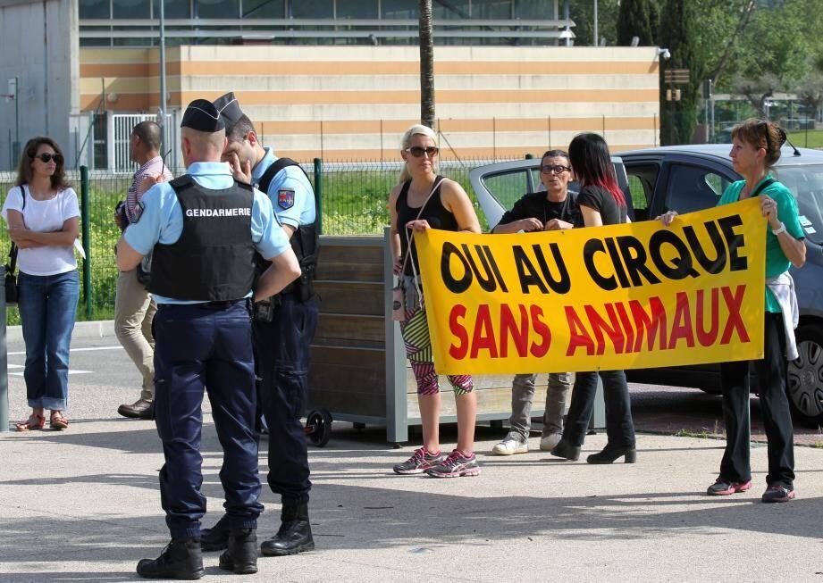Le 13 mai dernier à Villeneuve Loubet, des échanges vifs entre les manifestants du Collectif animalier du 06 et le cirque Muller qui avait promis à la commune de ne pas présenter d'animaux.