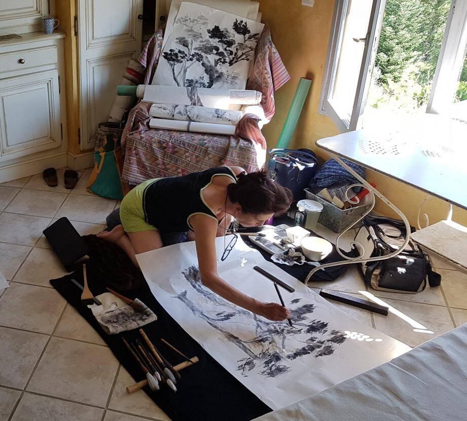 Martine Thibaud, peintre de Bézaudun à l'Asie en passant par Monaco, en plein travail.