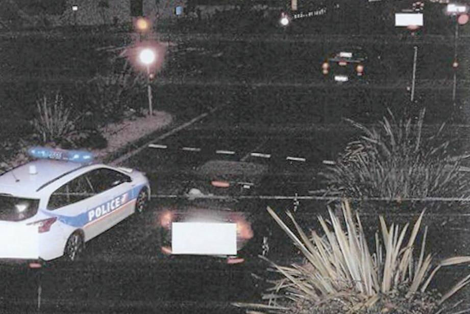 Sur ce cliché pris par le radar automatique qui a flashé Alain (son pick-up est, ici, en haut à droite), on voit nettement la voiture de police s'apprêtant à franchir le feu rouge sur la file de gauche. L'image captée une seconde plus tôt montre la voiture d'Alain exactement au même endroit...