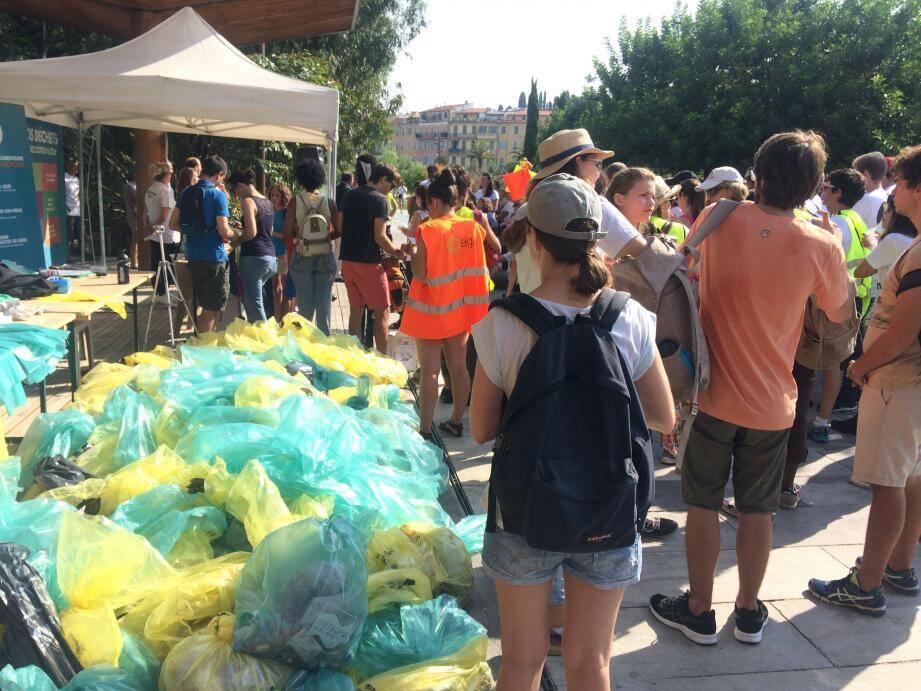 Bénévoles, associations, agents de la Ville, se sont retroussé les manches, hier, pour la grande journée de ramassage des déchets.