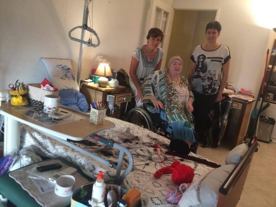 Françoise, ici entourée du Dr Catherine Ciais (à gauche) et d'Olivia Lienhart, nous confie : « la maison Sainte-Croix m'a sauvée...»