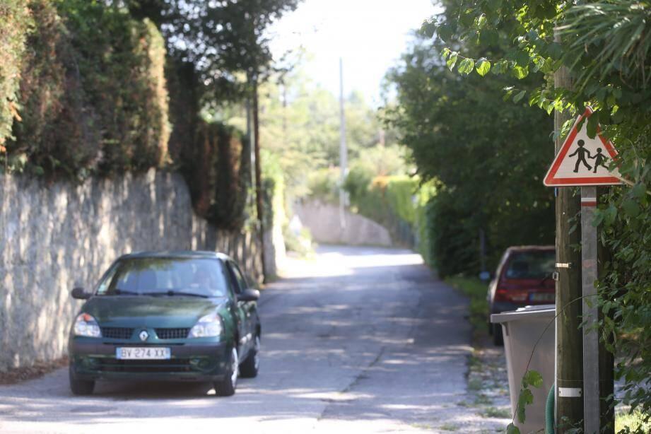 Pas de trottoir pour les piétons, a fortiori les scolaires, une voirie étroite : l'ancienne voie du chemin de fer de Provence qui recevra un surcroît de trafic a besoin d'aménagements.