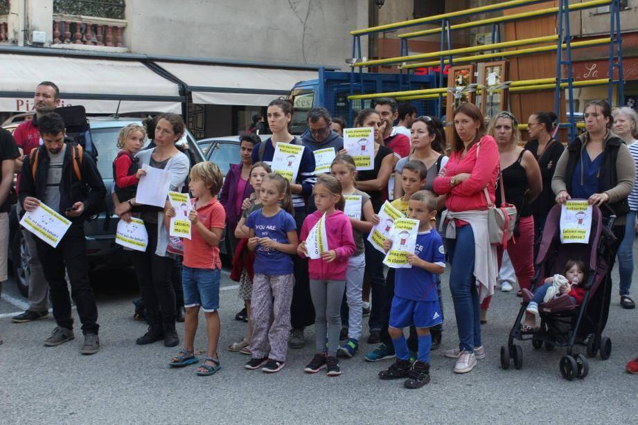 Parents et enfants unis contre la suppression d'une classe en primaire.(DR)