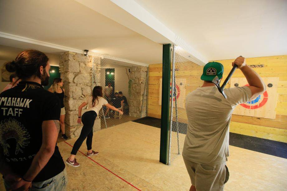 Cette pratique populaire au Canada se répand petit à petit en France. Mais sur la Côte, aucun endroit n'existait avant l'ouverture de Tomahawk il y a quelques jours à Nice.