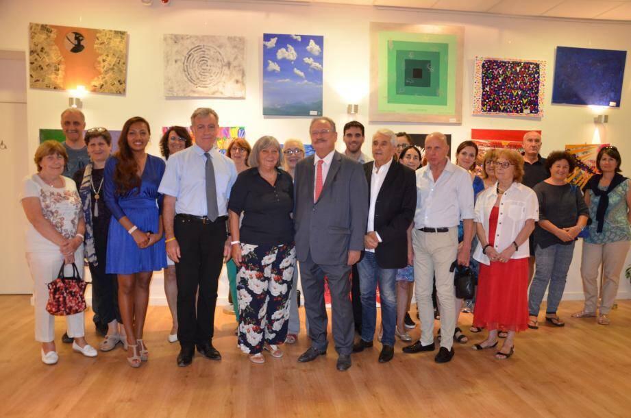 Mady Bellone aux côtés du maire et son épouse, entourés des élus, professeurs, adhérents, et personnalités... devant les œuvres d'élèves d'arts plastiques.