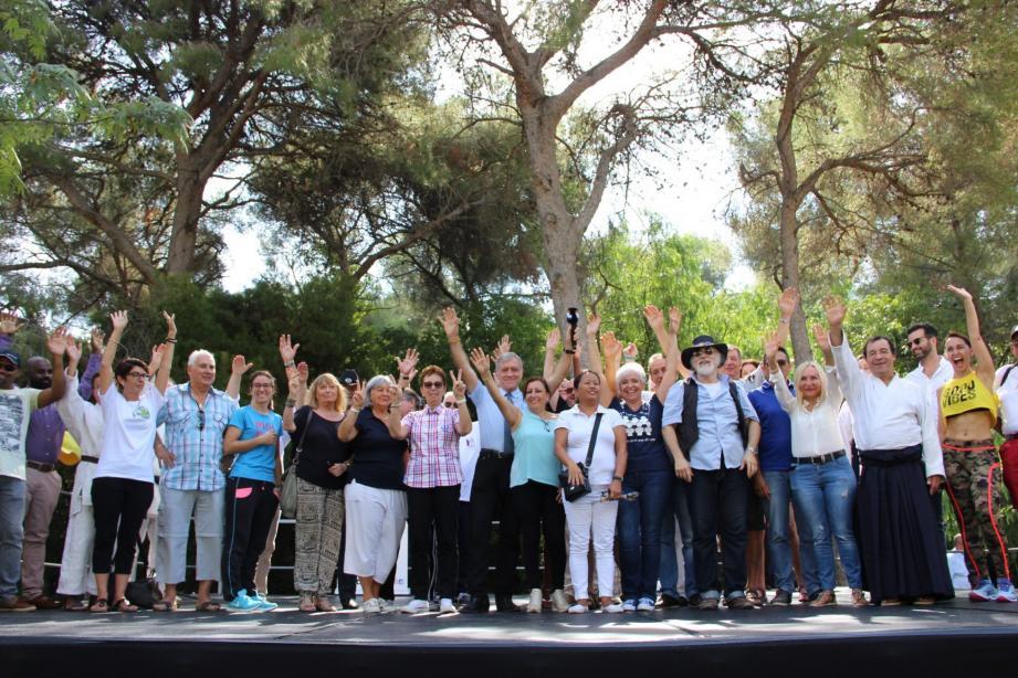 Le maire Gérard Spinelli entouré des président(es) des associations présentes.