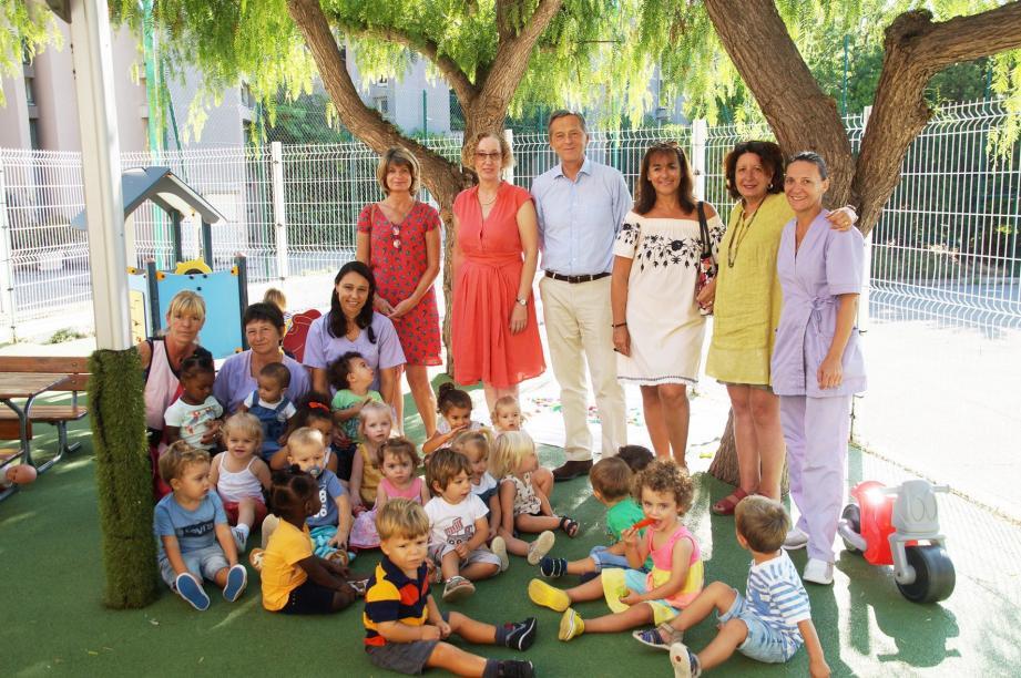 Les tout-petits profitent de la crèche à Cap-d'Ail. Ici avec le maire et Pascale Spagli, élue déléguée à la petite enfance et une partie du personnel.