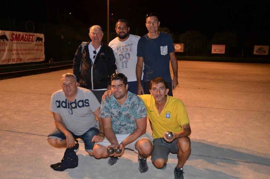 Samedi dernier, à 21 h 30, le challenge de la Saint-Michel se terminait par la victoire de la triplette Raymond Berro, Anthony Gimenez et Roger Miquet (de gauche à droite).