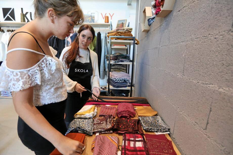 Une boutique-école où Laure, apprentie cagnoise, apprend à vendre à des clientes en alternance avec des cours.