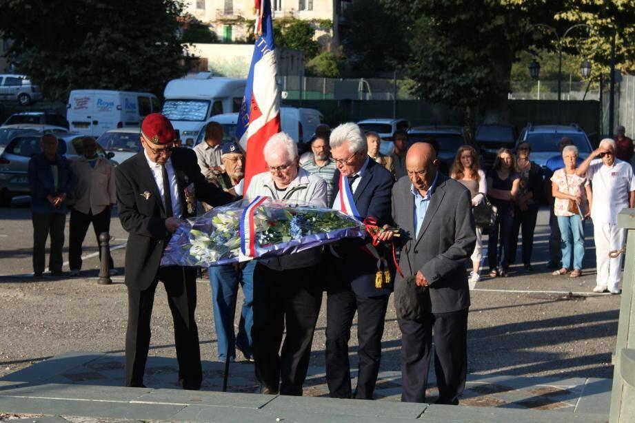 Le dépôt de gerbe effectué par le maire, le président des anciens combattants et deux anciens combattants.