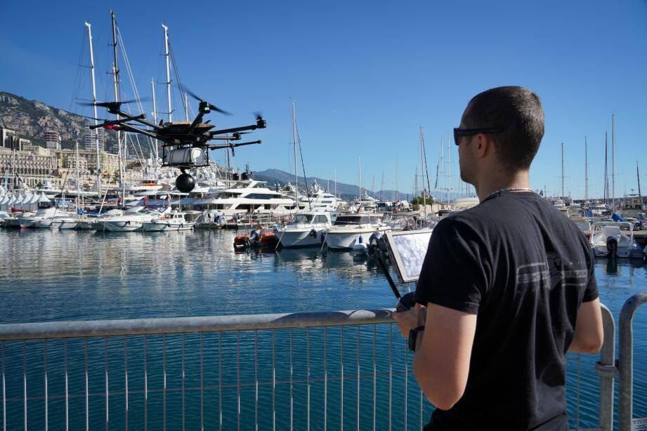 Erwan Grimaud, fondateur de MC-Clic et pilote du drone qui a survolé ce jeudi matin le port Hercule, retransmettant en direct des images en 360 degrés grâce à la 5G.