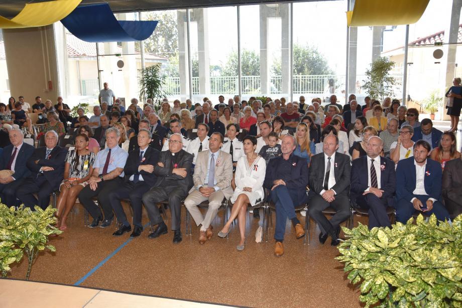 L'assistance est venue nombreuse dans la salle polyvalente pour célébrer la Saint-Michel et assister aux discours du président du comité des fêtes et du maire.