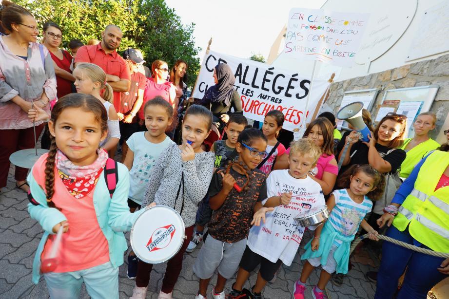 Manifestation devant l'école René-Goscinny à Cannes.